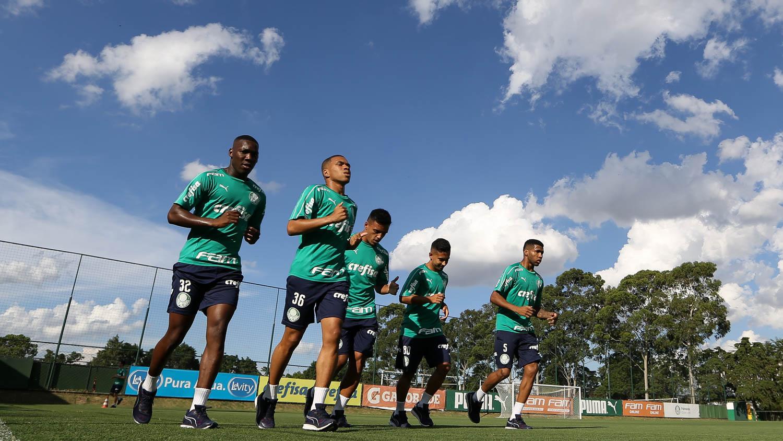 Cesar Greco/Ag. Palmeiras/Divulgação_Patrick, Esteves, Gabriel Menino, Alan e Wesley (da esq. para a dir.) foram promovidos da base