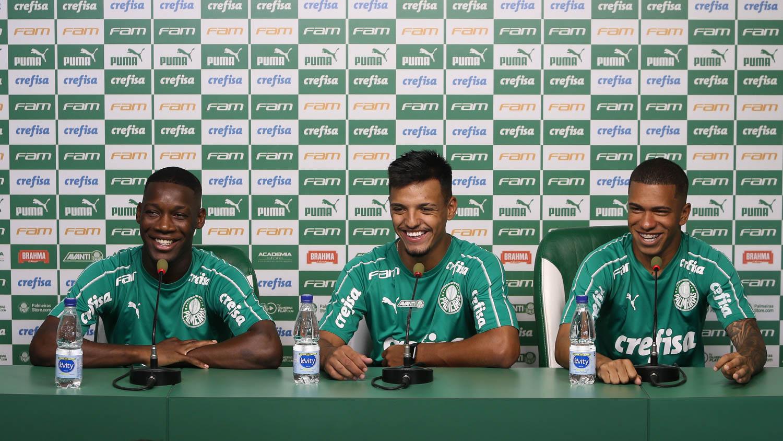 Cesar Greco/Ag. Palmeiras/Divulgação_Patrick (à esquerda) concedeu entrevista coletiva junto com Gabriel Menino (centro) e Lucas Esteves