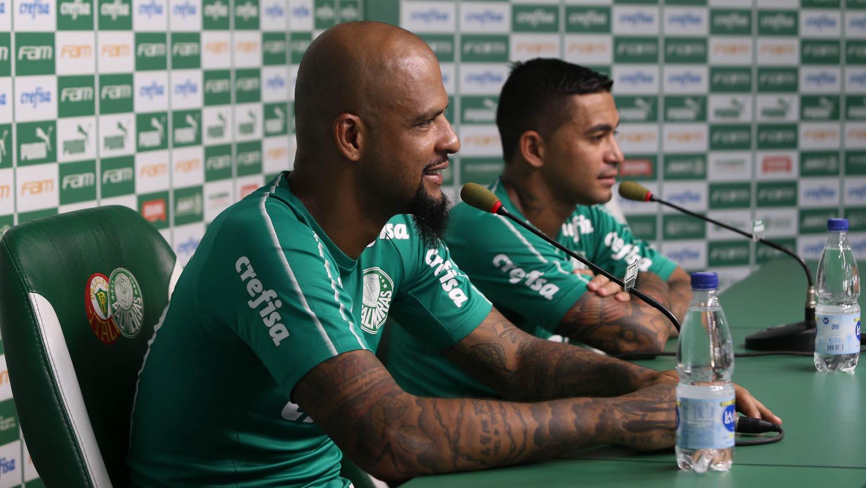 Cesar Greco/Ag. Palmeiras/Divulgação_Felipe Melo (à esquerda) falou com a imprensa após o treino desta quinta-feira (09)