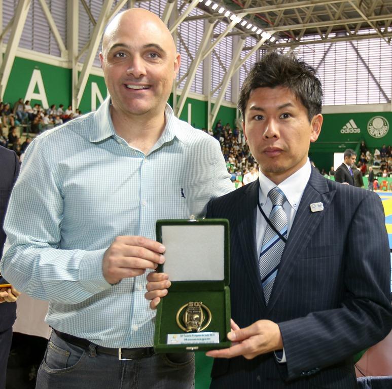 Fabio Menotti/Ag. Palmeiras/Divulgação _ O presidente Maurício Galiotte esteve com Yoshihiro Kikuta, um dos cônsules japoneses homenageados