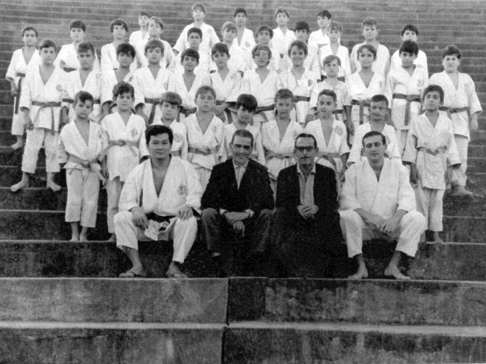 Acervo Histórico _ A primeira turma do clube que disputou o Periquito em 1968 reuniu o sensei Fukyio Nakano e o diretor Luiz Wallace Nigro na primeira fila (esq. para dir.)