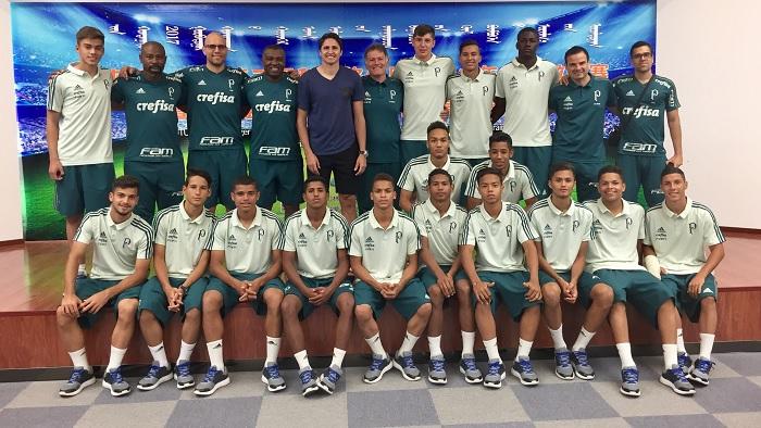 Divulgação_Na China, atletas do time Sub-16 do Palmeiras assistiram a palestra do ex-jogador Edmílson