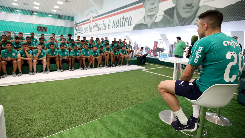 Fabio Menotti/Ag. Palmeiras/Divulgação_Willian falou sobre o seu início de carreira para jogadores da base palmeirense