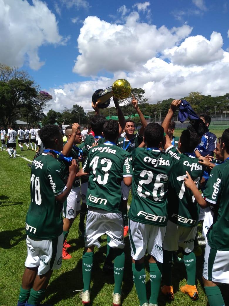 Divulgação_O Sub-14 do Palmeiras levantou a taça após superar o Corinthians