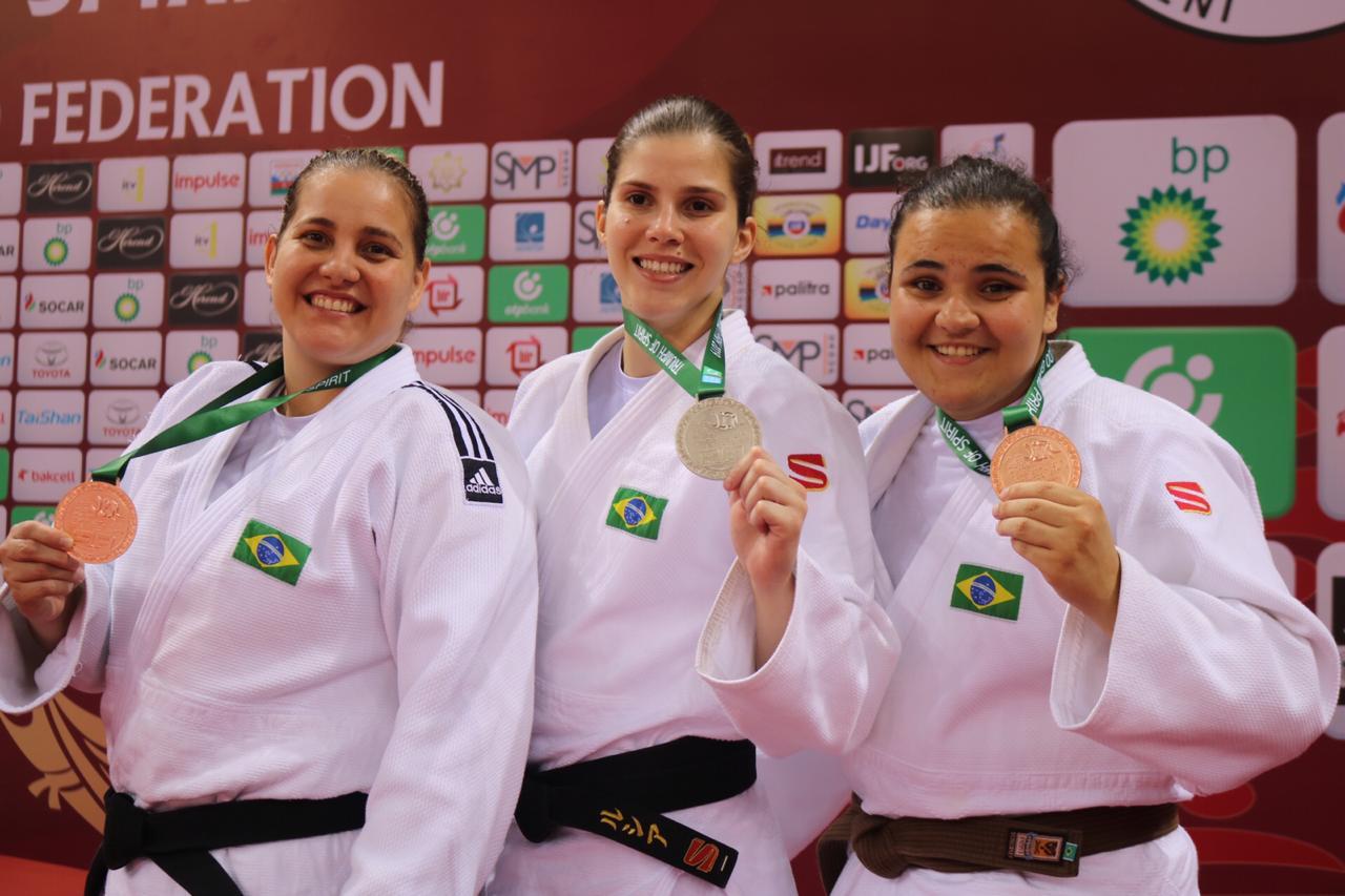 Gabriela Sabau/IJF _ Ao lado das brasileiras Meg Emmerich e Rebeca Souza, Alana exibe mais uma conquista na carreira