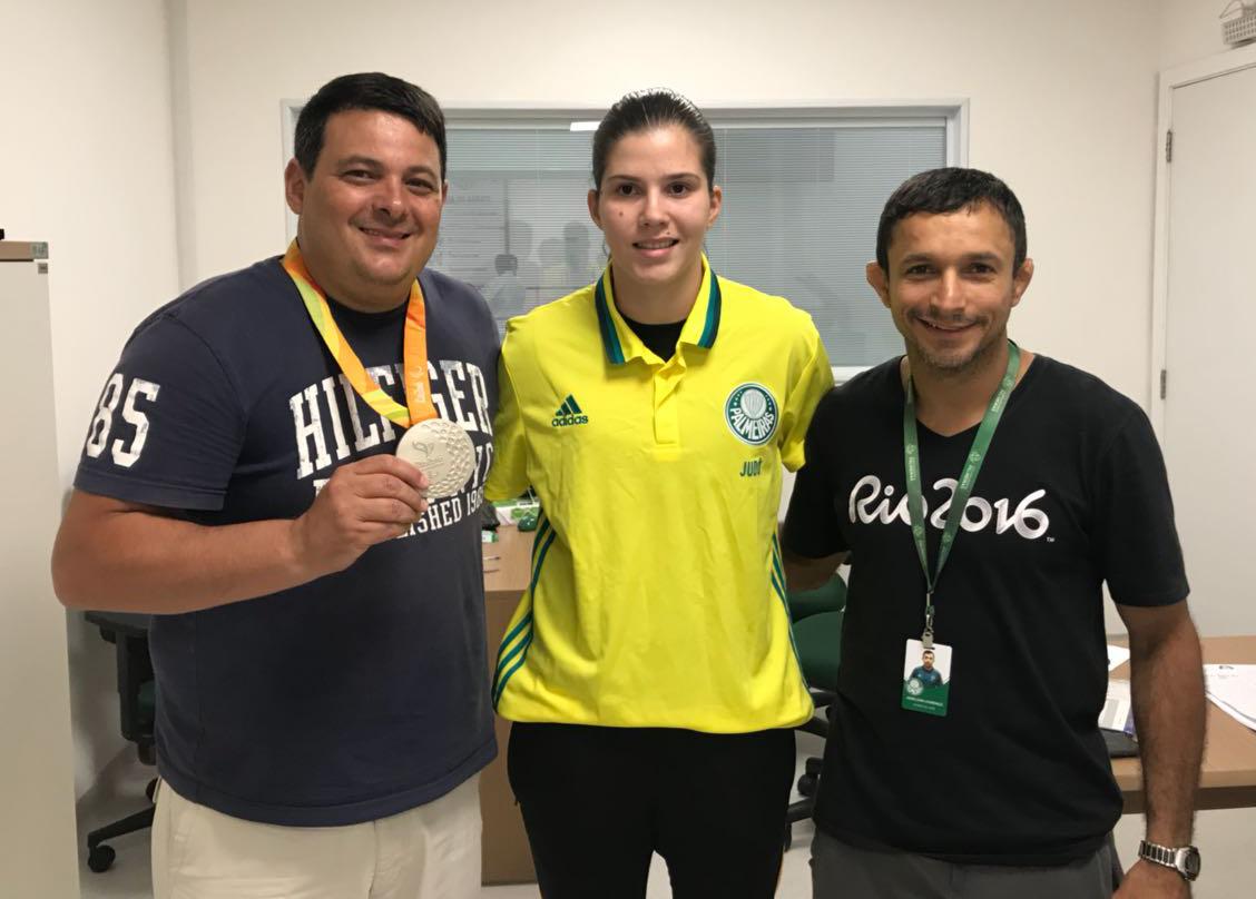 Divulgação_Alexandre Gaspar, diretor do judô, Alana e Denilson Lourenço (esq. para a dir.) no primeiro treino da atleta no clube