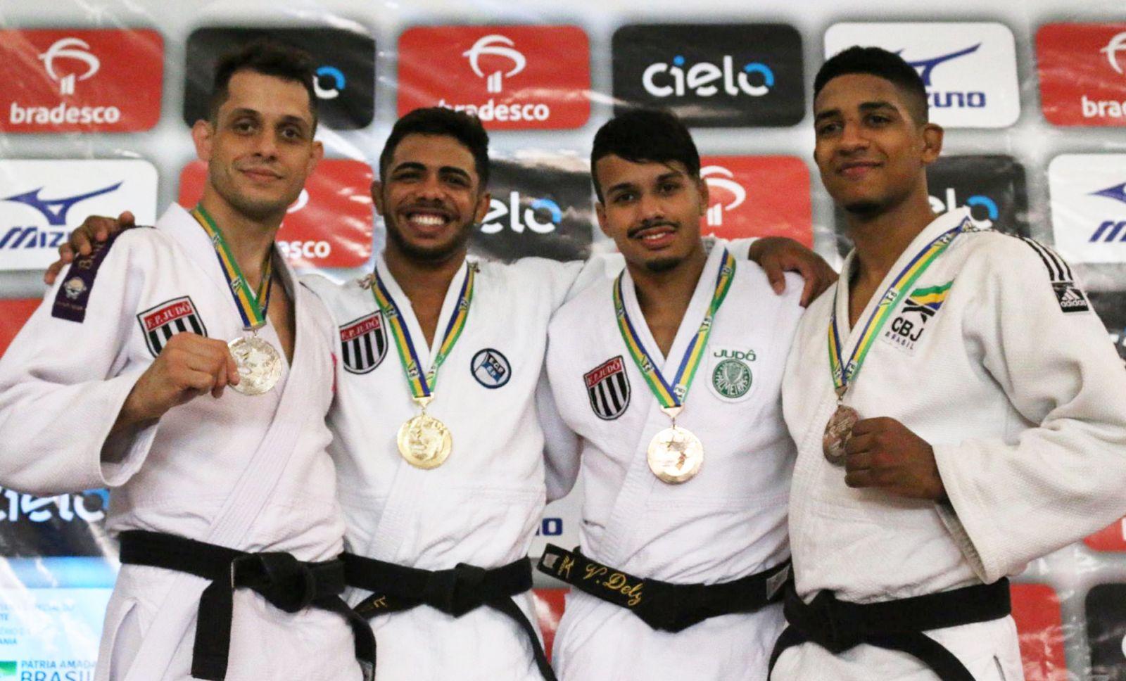 Federação Catarinense de Judô _ O palmeirense Vitor Hugo Carvalho foi bronze pelos meio-leves da categoria Sênior
