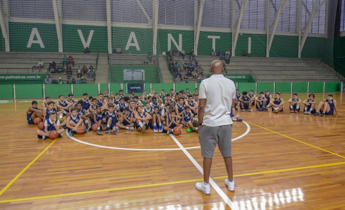 Michael Oliveira/Federados Basketball _ Danilo Castro, que também foi treinador na base alviverde, falou com os garotos