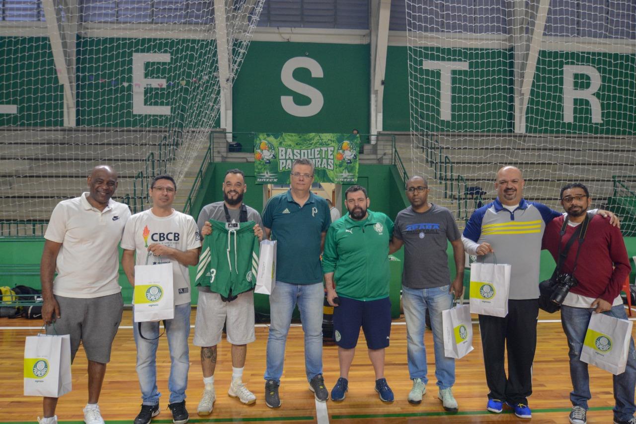 Michael Oliveira/Federados Basketball _ Os convidados receberam prêmios das mãos da diretoria e comissão técnica do basquete alviverde