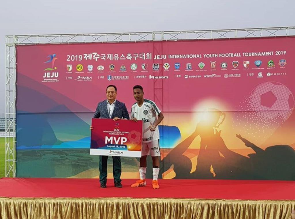 Divulgação_O atacante Allan, autor de três gols na campanha, recebeu o prêmio de melhor jogador da competição