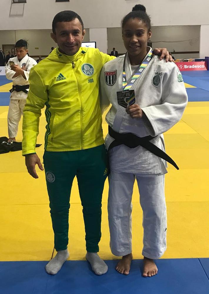 Divulgação _ Ketelyn teve a companhia do sensei Denilson Lourenço no torneio