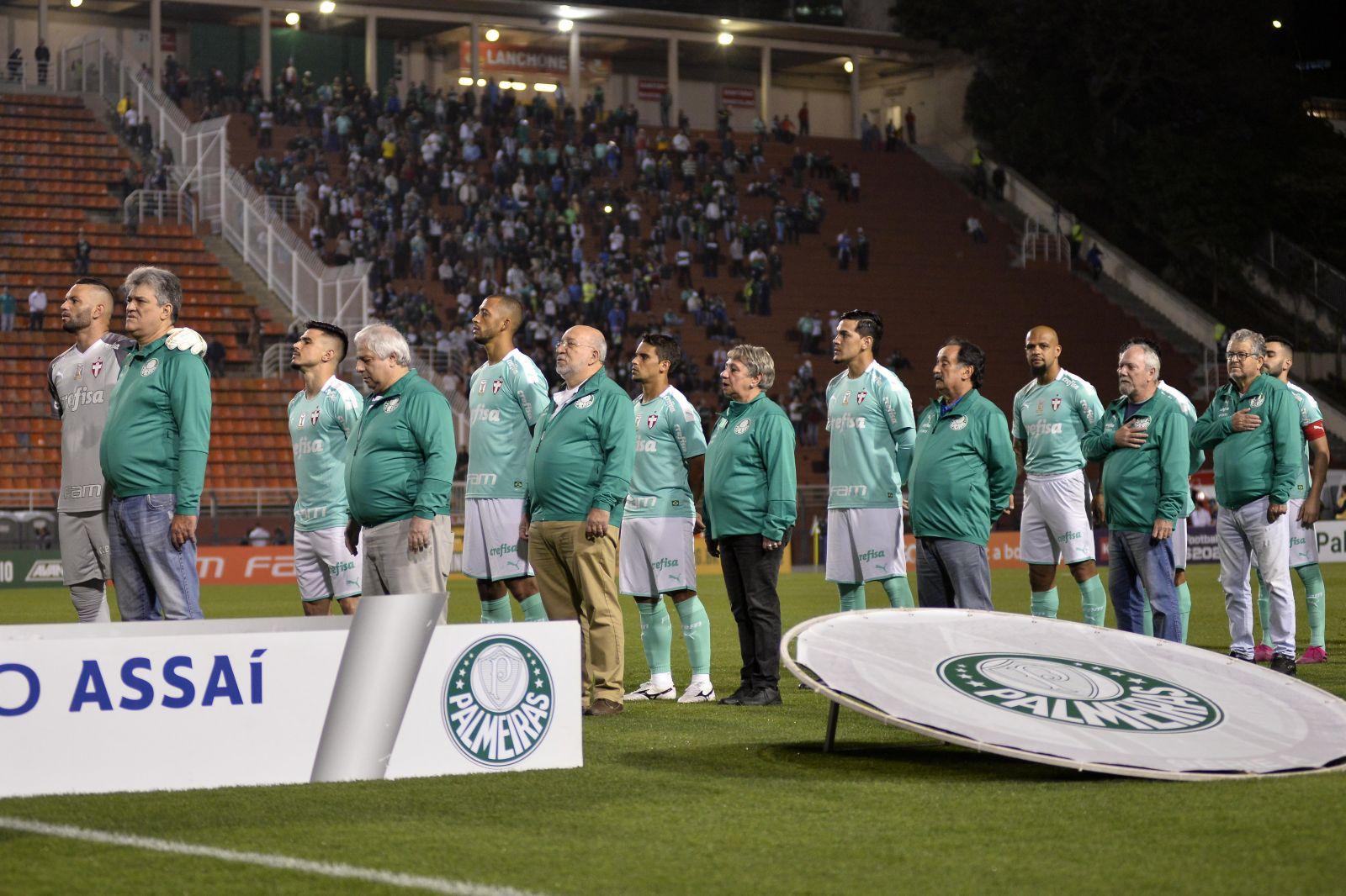 Bruno Ulivieri/Divulgação_Os sócios-torcedores entraram em campo com os jogadores para a execução do Hino Nacional