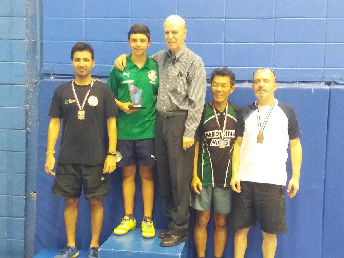 Divulgação _ Biriba, lenda do tênis de mesa nacional e treinador no Verdão, entregou o prêmio a Diego no Circuito Fedeesp