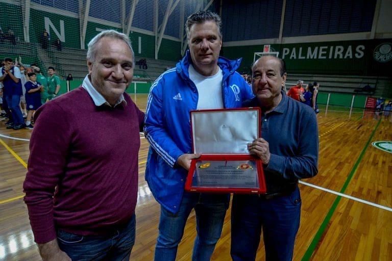 Michael Oliveira/Federados _ Luiz Bejczy, diretor do basquete do Palmeiras, recebeu homenagem da FPB pela contribuição na fundação da entidade, em 1924