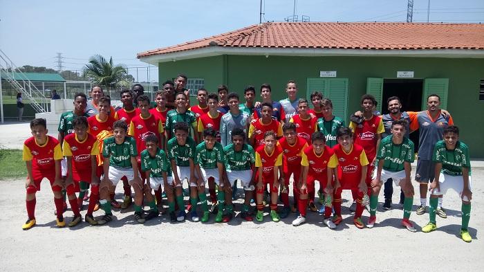Equipe Sub-13 do Palmeiras reunida na Academia de Futebol II, em Guarulhos