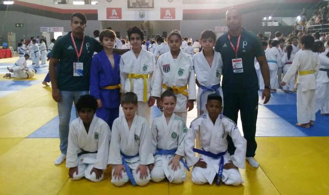 Divulgação _ Os judocas da escolinha alviverde fizeram bonito no Clube Esportivo da Penha