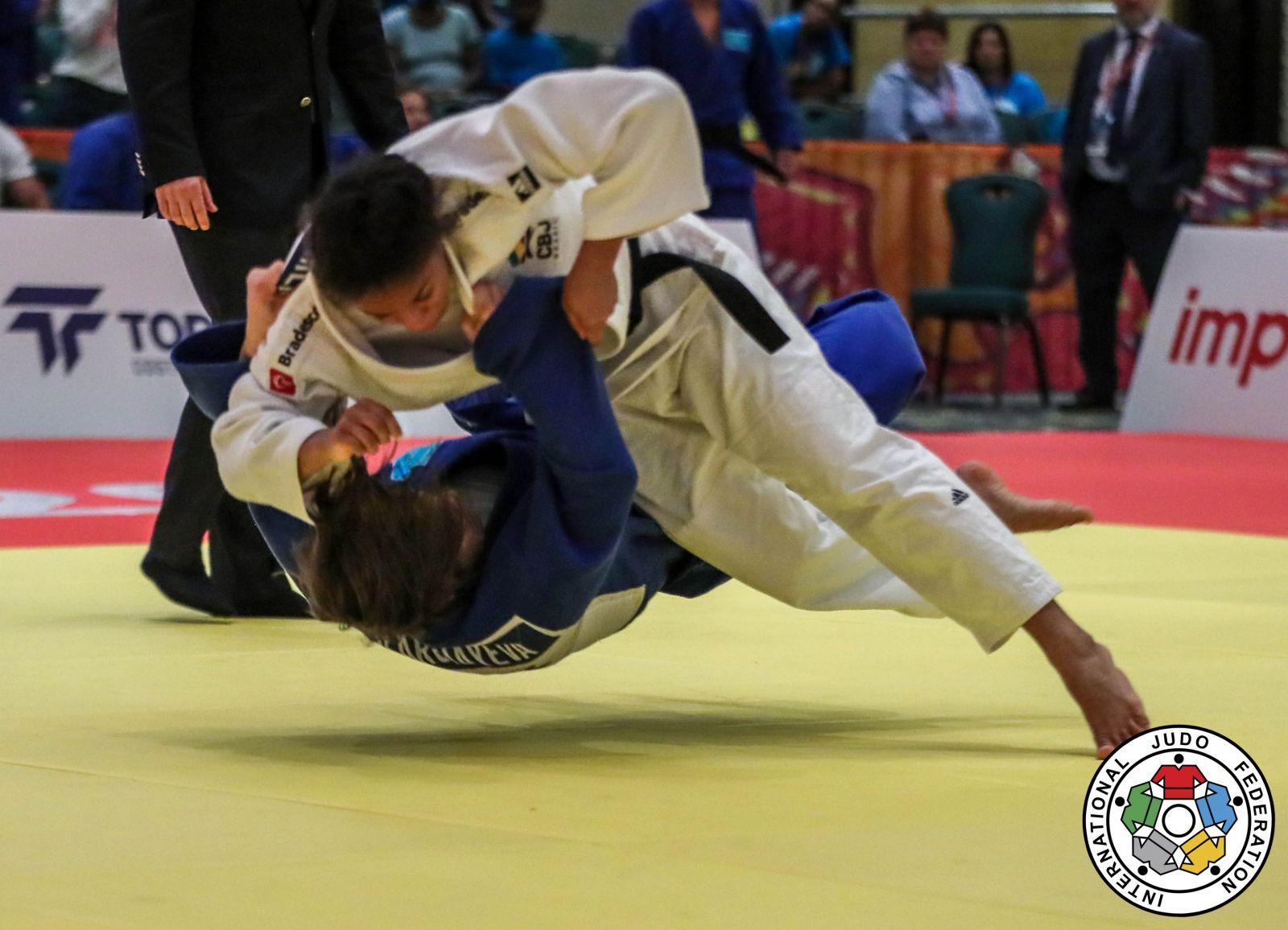 Gabriela Sabau/IJF.org _ Com um ippon, Ketelyn (branco) venceu a cazaque Aiida Karchayeva nas semifinais por equipes
