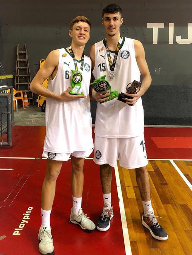 Divulgação _ Gabriel (esq.) e Vinicius (dir.) receberam prêmios individuais pelas grandes atuações