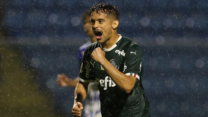 Cesar Greco/Ag Palmeiras/Divulgação_Gustavo Scarpa cobrou com segurança penalidade sofrida por Deyverson e fez Verdão garantir triunfo por 2 a 1
