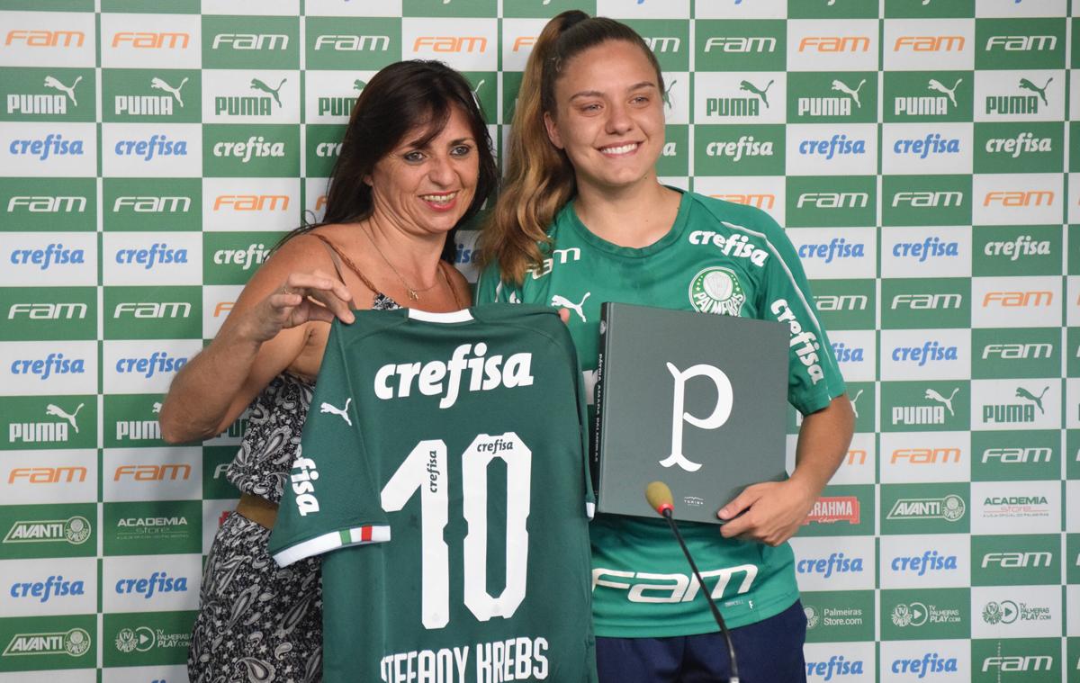 Priscila Pedroso/Palmeiras _ Stefany (dir.) teve a companhia de sua mãe, Rose, à mesa, e falou com os jornalistas em LIBRAS